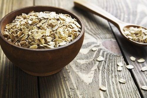 A aveia é um dos ingredientes da máscara de aveia e leite para combater as espinhas