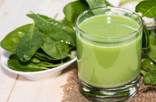Os 4 melhores sucos verdes para reduzir a hipertensão e fazer uma limpeza renal