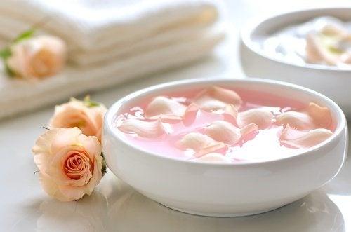Água de rosas para o rosto