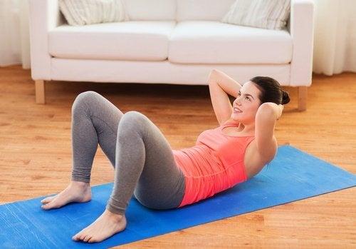 Moça fazendo abdominais para estar em forma