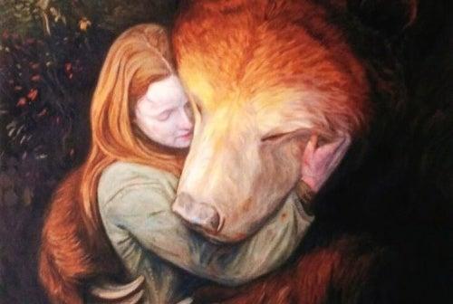 Mulher abraçando animal