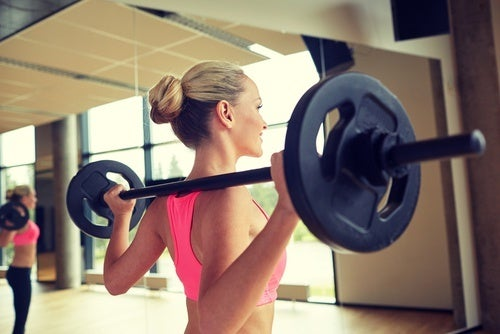 agachamento com barra para fortalecer os ombros