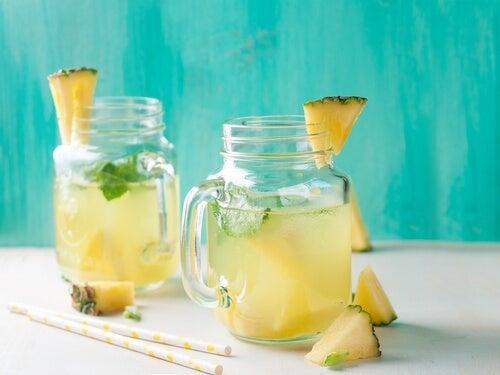 Água de abacaxi para tratar a retenção de líquidos