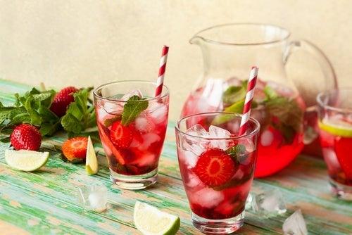 Água detox com morango e limão
