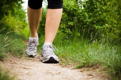 Caminhar ajuda a evitar retenção de líquidos nas pernas