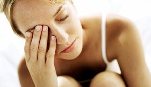 Mulher cansada que precisa da vitamina para obter energía
