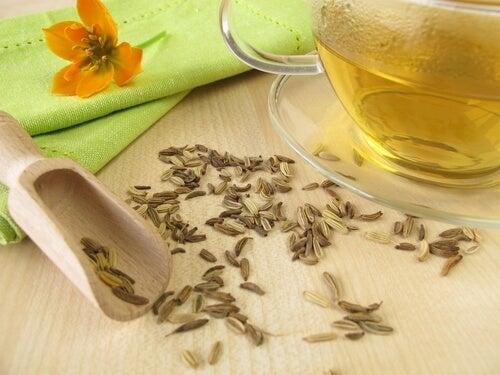 Chá de erva-doce para evitar retenção de líquidos nas pernas