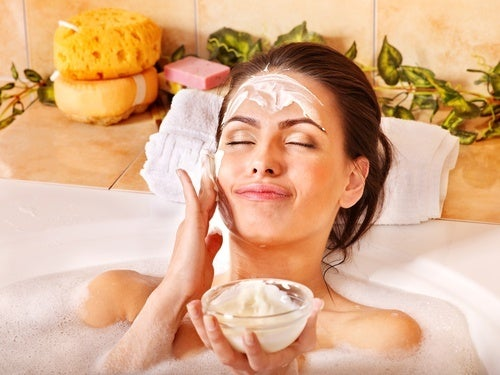 Mulher em banheira fazendo máscara de aspirina