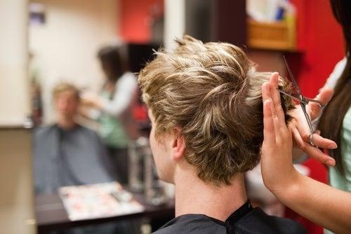 uma nova cor do cabelo pode disfarçar escassez de cabelo