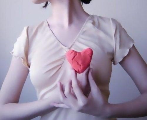 Mulher representando doenças cardiovasculares femininas
