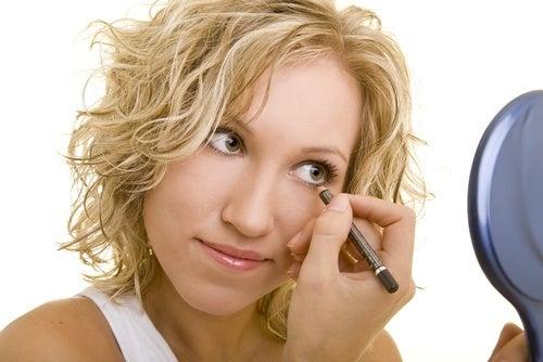 Aplicar delineador de forma errada são hábitos de maquiagem que podem fazer mal