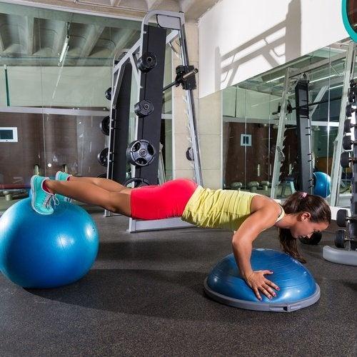 Execícios de elevação de pés para reafirmar o abdômen