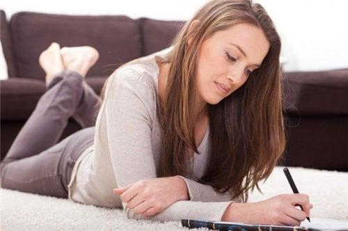 Mulher escrevendo seu plano nutricional