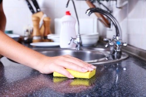 Saiba como lavar e desinfetar as esponjas usadas para lavar louça