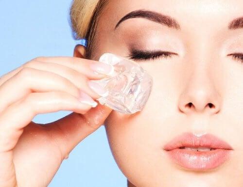 Tratamento com gelo para uma pele mais fresca e livre de imperfeições