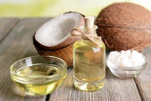 óleo de coco para combater a escassez de cabelo