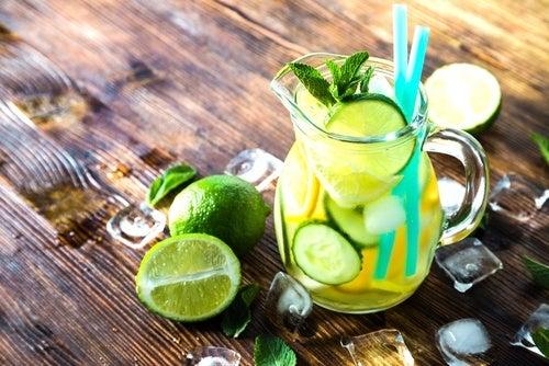 água detox com limão