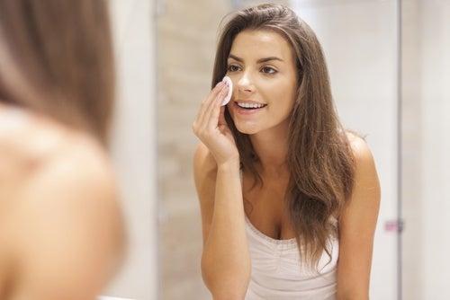 Mulher passando peeling de aspirina no rosto