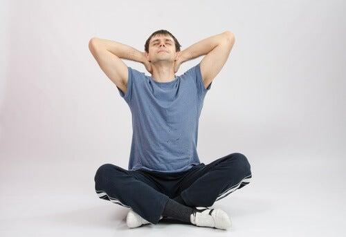Homem se exercitando para tonificar o pescoço