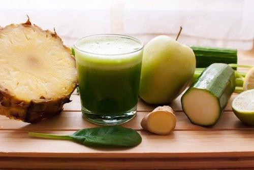 Suco de abacaxi, pepino, aipo, gengibre e limão