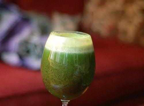 Bebida de abacate e urtiga para combater a queda de cabelo