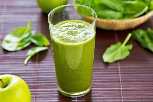 Sucos naturais com folhas verdes