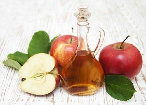 O vinagre de maçã serve para afastar os insetos