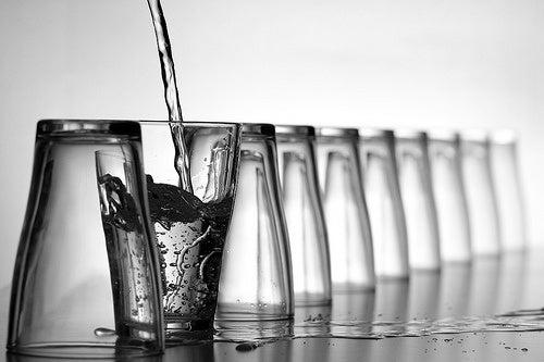 água para combater a acidez estomacal