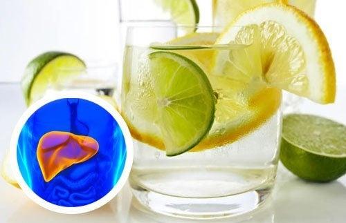 Água com limão para desintoxicar o fígado