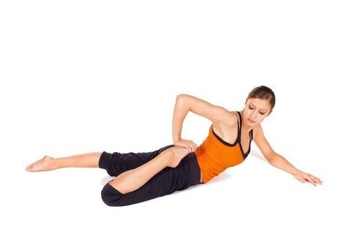mulher alongando quadríceps rotina de alongamentos