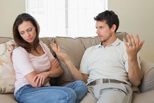 casal que discutindo em um relacionamento infeliz