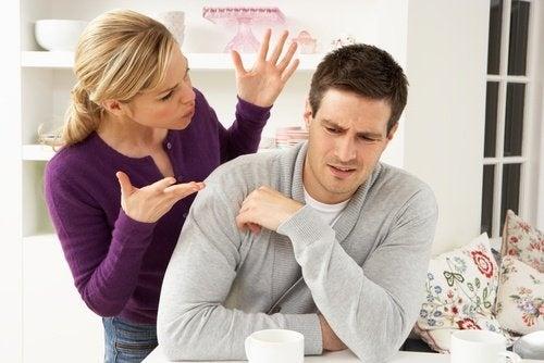 casal discutindo em um relaiconamento infeliz