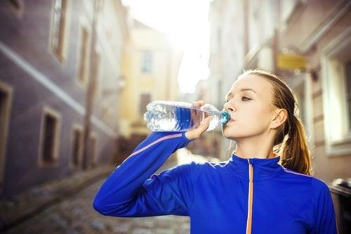 Beber-agua-para-evitar-cravos