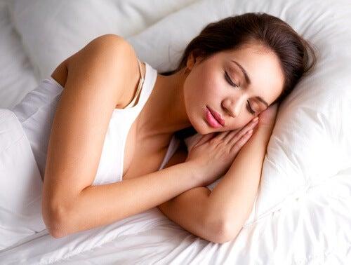 Dormir sobre o ombro pode gerar dores