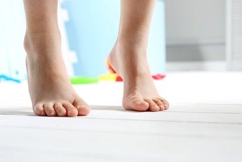 Andar descalço faz com que calcanhares cocem
