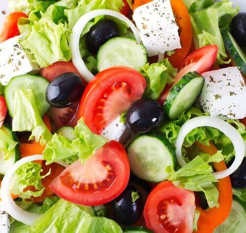 Saladas ajudam evitar o inchaço após comer