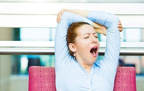 Mulher com fatiga por causa de problemas na tireoide