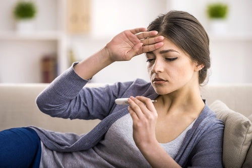 Mulher com febre devido ao câncer de fígado