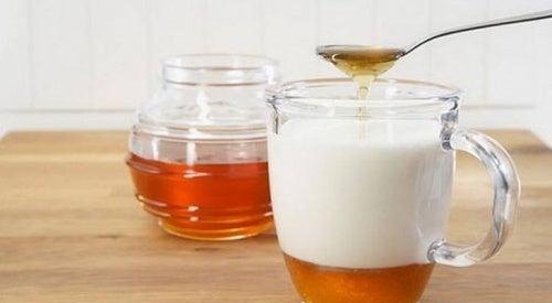 Benefícios de tomar leite de amêndoas com mel diariamente