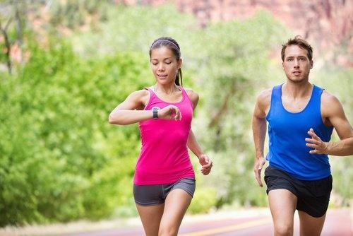 Casal fazendo exercício