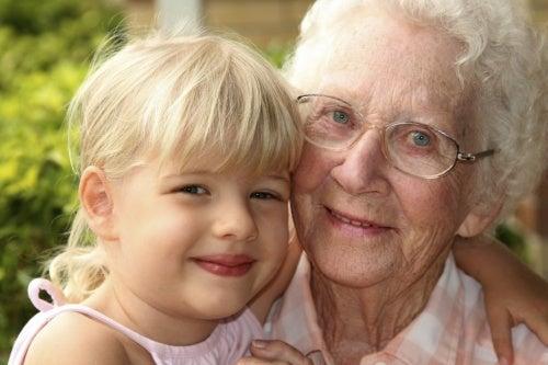Idosa com Alzheimer e sua neta