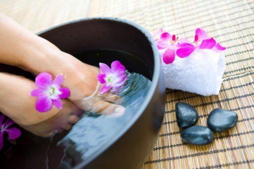 Banhos com said ajudam a ter pés saudáveis