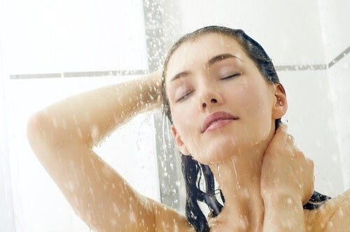 Mulher tomando banho de água fria para a tireoide