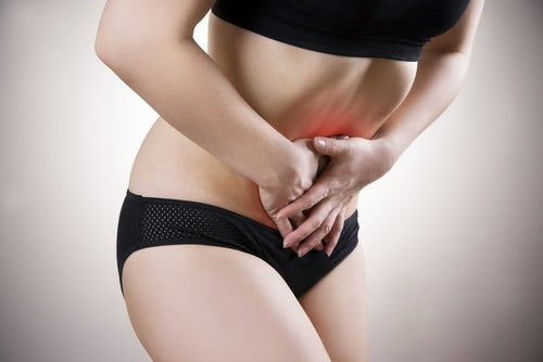 Mulher com dor abdominal por causa do câncer de fígado