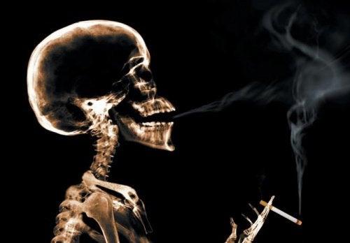 Esqueleto fumando