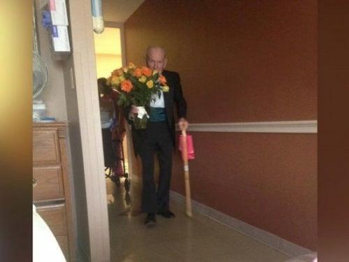 Idoso visita seu amor no hospital