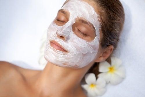 Máscara com clara de ovo para reduzir os poros dilatados
