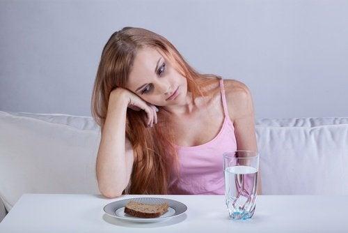 Mulher com falta de apetite por causa da tristeza
