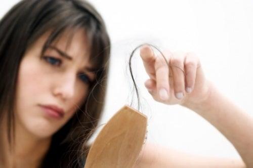 Remédios naturais para lidar com a queda de cabelo