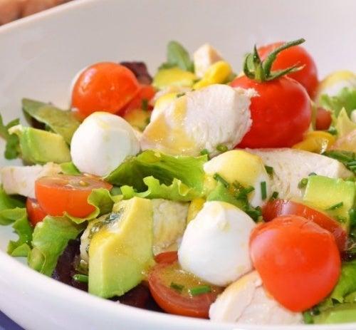 É possível comer abacate em saladas